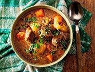 Рецепта Попска яхния с телешко месо от шол, картофи, моркови и целина в тенджера под налягане